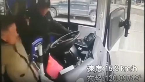 浙江一老人因不满下车位置,2次殴打公交车司机,已被刑拘