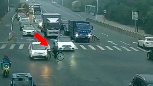 """自行车全责!监拍:红灯亮轿车停 大伯骑自行车""""霸道""""冲出被撞"""