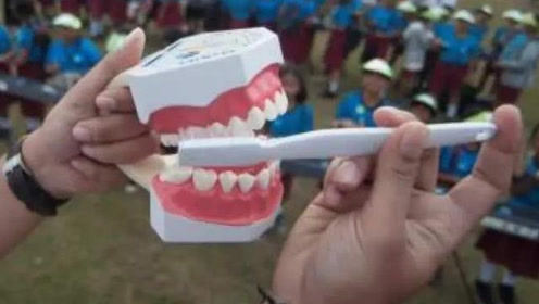 牙缝里的脏石头又腥又臭?学会这3个小妙招,不洗牙也能对付
