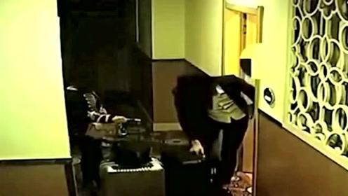 两女孩住酒店半夜偷偷溜走,打开房间后画面惊呆了,网友:这是抢劫了!