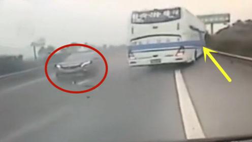高速上急刹停车,这种司机谁遇上谁倒霉!大客车直接冲下高速