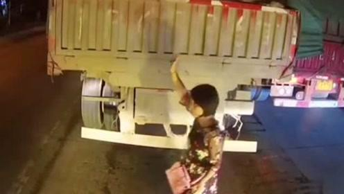 女子虽然乱闯马路但安全意识满分,货车司机的举动也值得鼓掌,两位都是牛人