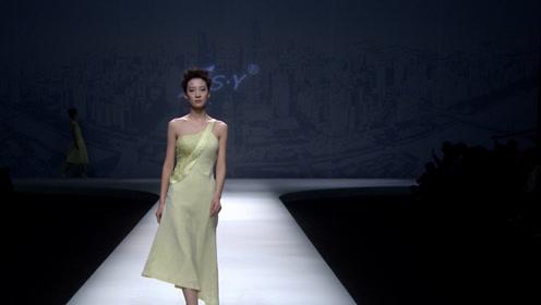 清雅的淡黄礼裙,尽显美模妙曼生姿,实在是美丽极了!
