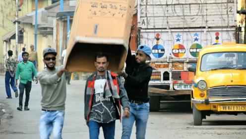 街头恶搞:用纸箱子盖住路人然后原地装傻,路人蒙圈了