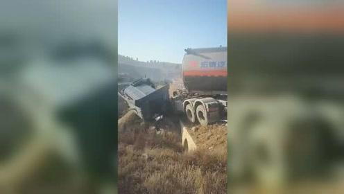 危化品罐车车头被撞掉 车身横跨整条马路
