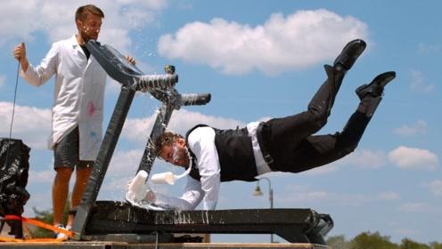端着牛奶在跑步机上狂奔,速度越变越快,摔倒那一瞬间莫名过瘾!