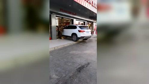 这才是名副其实的购物车,直接把车怼进超市!