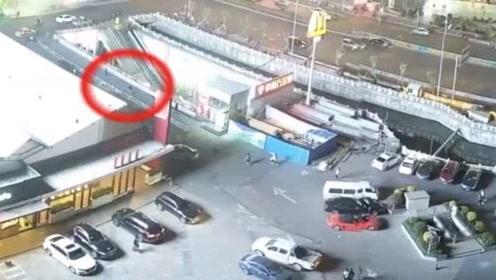 女子被偷大喊抓贼,街头上演全民追捕,小偷逃跑500米被制伏