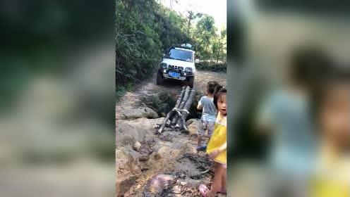 一看就是老司机!悬崖边上都能过!只靠几根木头