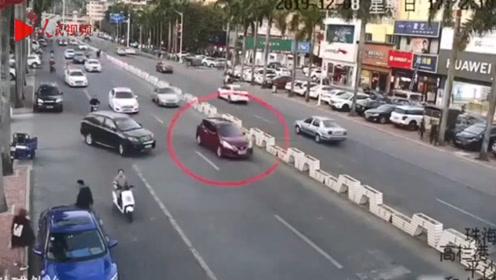 9岁熊孩子偷开自家车上街兜风 闹市撞车后淡定开回家