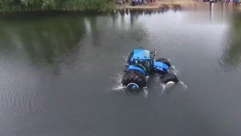 水里照开不误的拖拉机,这拖拉机看起来很优秀的样子啊!