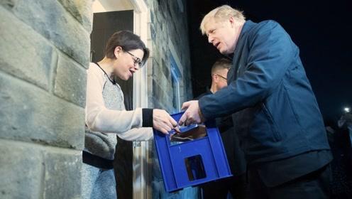 为拉选票拼了!英首相当起搬运工 给选民上门送牛奶