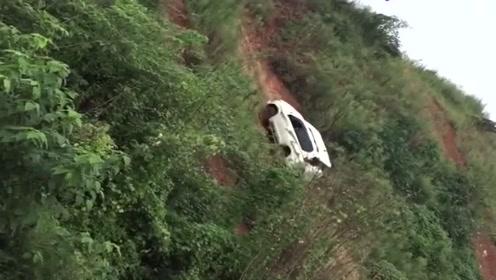 丰田越野车挑战90度坡,不是拍下谁会相信,真是艺高人胆大!