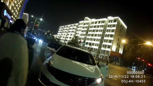 女司机夜晚开车被拦停一脸懵 一顿操作后民警当场傻眼