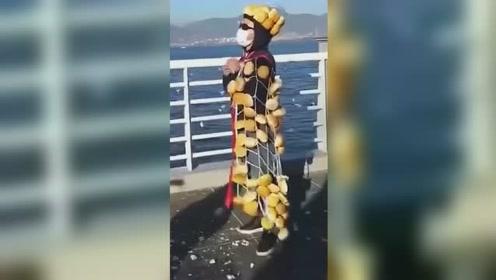 """吸睛!男子身挂几十只面包喂海鸥,自制""""面包衫""""走红网络"""