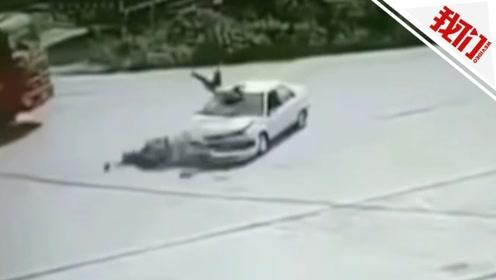 监拍广西一小车撞上电动车 骑手凌空翻滚后掉落车顶