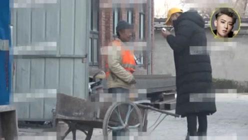 无偶像包袱!黄子韬路边抽烟忘带打火机,向建筑工人求助接地气