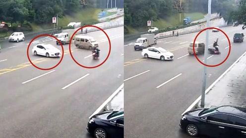 """实拍:轿车任性违法掉头 面包车急刹避让致摩托车""""躺枪""""被撞翻"""