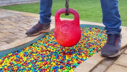 将巧克力豆倒满泳池,放入高温物体进去会怎样?这操作看着就舒坦