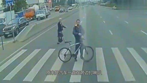 男子不满司机鸣笛,竟做出这样的举动报复,不是监控谁信!