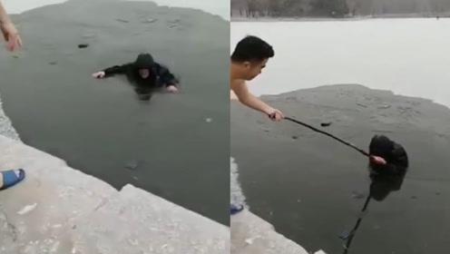 吓人!辽宁一老人滑冰掉入湖里,冬泳爱好者拿杆将其拽出