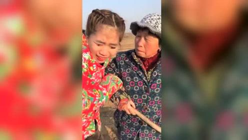 婆婆在地里干活,儿媳说太冷了,叫她别干了,回家后太意外了
