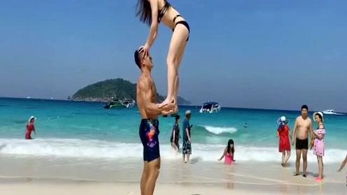 到底拥有多强的臂力,才能这样把人举起来啊!