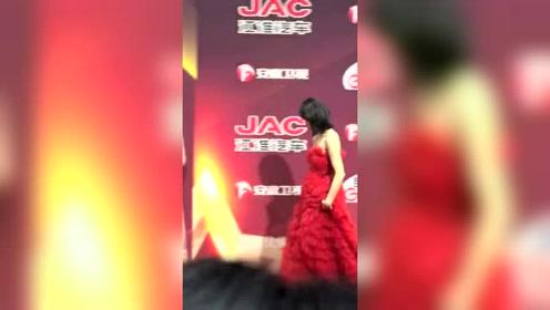 宋茜黑发红裙状态超好,期待自己下一个11年