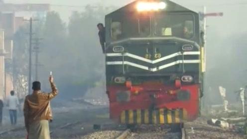 印度的铁轨弯弯曲曲就是强,火车开在上面颤颤悠悠的