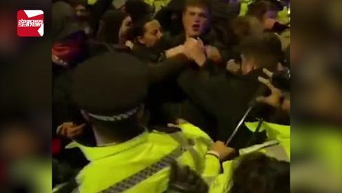 混乱不堪!英首相胜选当天爆发抗议,数百名抗议者涌上街头