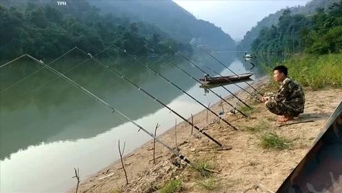 大叔河边撒下七根钓竿等待大鱼咬钓,等待已久还不见动静