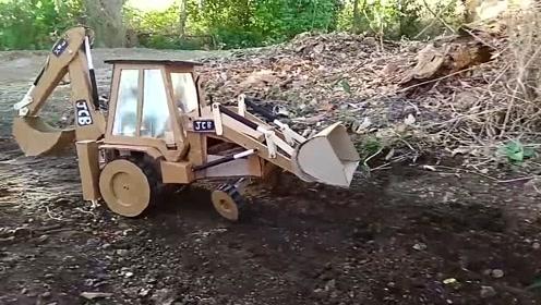 推土挖掘一体机,唯一不足的就是挖掘机居然是手动的,哈哈!