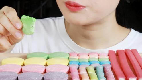 小姐姐享用糖果派对,造型奇特像是药片和电线,又甜又酸很有嚼劲