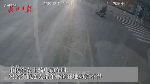 女子连人带车摔倒街头动弹不得,公交司机小哥冲上前搀扶