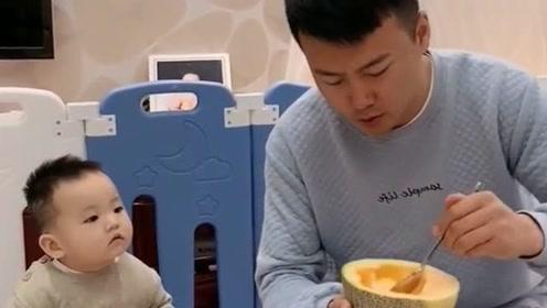 儿子一看爸爸吃东西,就成了这个傻样,想吃你就说嘛