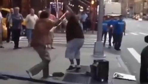 外国街头两老头打架,竟直接拿起拐杖疯狂对抡!