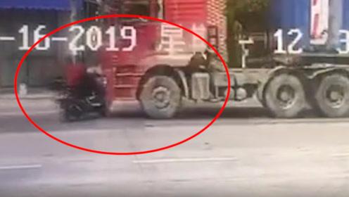 监控:广东一女子骑车横穿马路,货车刹车不及将其撞飞