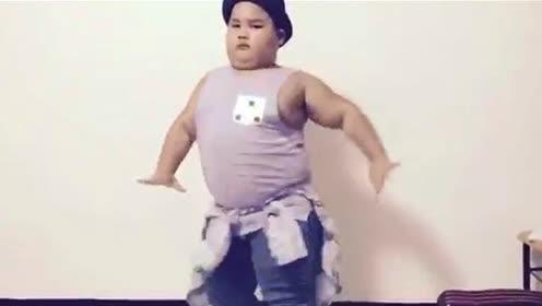 外国小胖灵活热舞黄老板热单!好想看他和谢腾飞尬舞