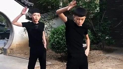 小伙儿舞姿太魔性了 看完一遍就跟着摇了起来