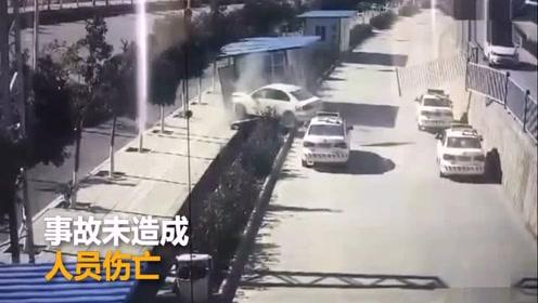 学员驾教练车冲下4米高台教练全责 网友:起飞失败