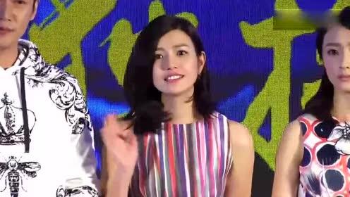 陈妍希现身上海机场 袖带飞扬甜美俏皮