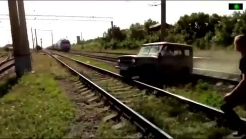 直接撞成渣!战斗民族开越野车过铁轨 结果陷车惨被撞