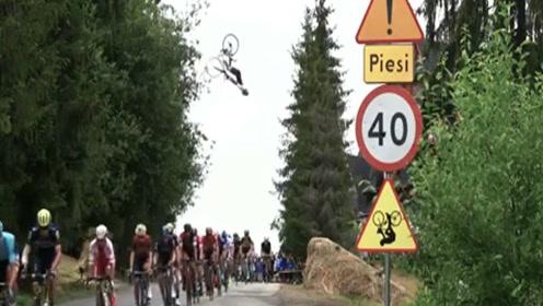 歪果仁真会玩,骑公路车从骑行比赛队伍上空10米空翻而过