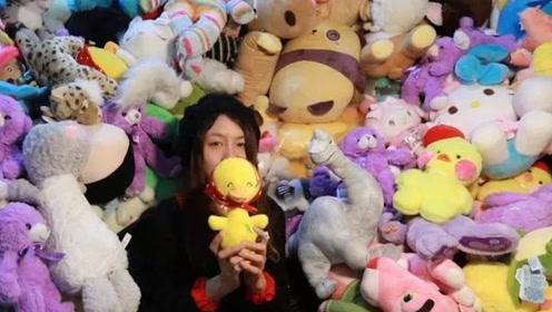 美女花4万抓了7000多个娃娃 竟能一次性把娃娃机抓空