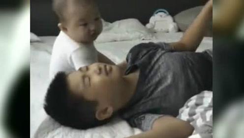 宝宝醒来看哥哥在身边,居然趴在哥哥身上撒娇!好可爱和谐
