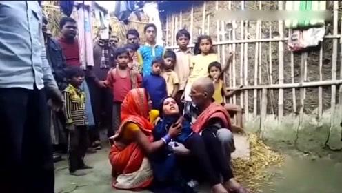 印度女孩患怪病眼睛流汗血 被丈夫当成女巫抛弃