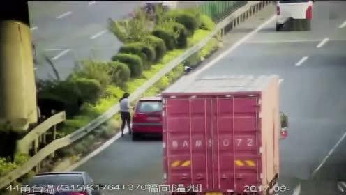 惊险!小车高速路抛锚 女司机下车检查被撞飞