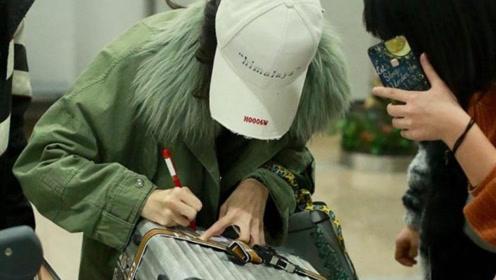 古力娜扎语音聊不停 被粉丝认出趴行李箱签名接地气