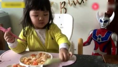这么小吃饭就要就着大葱一起吃,我也是真服了她爸妈