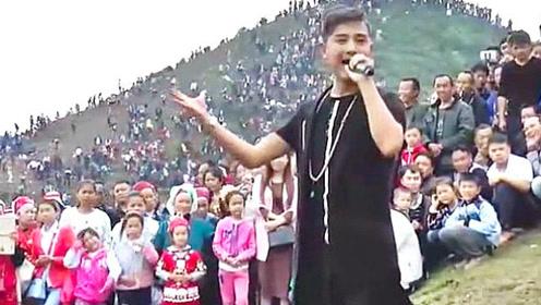 流浪歌手反串女声比李玉刚还牛 开唱引数千人围观